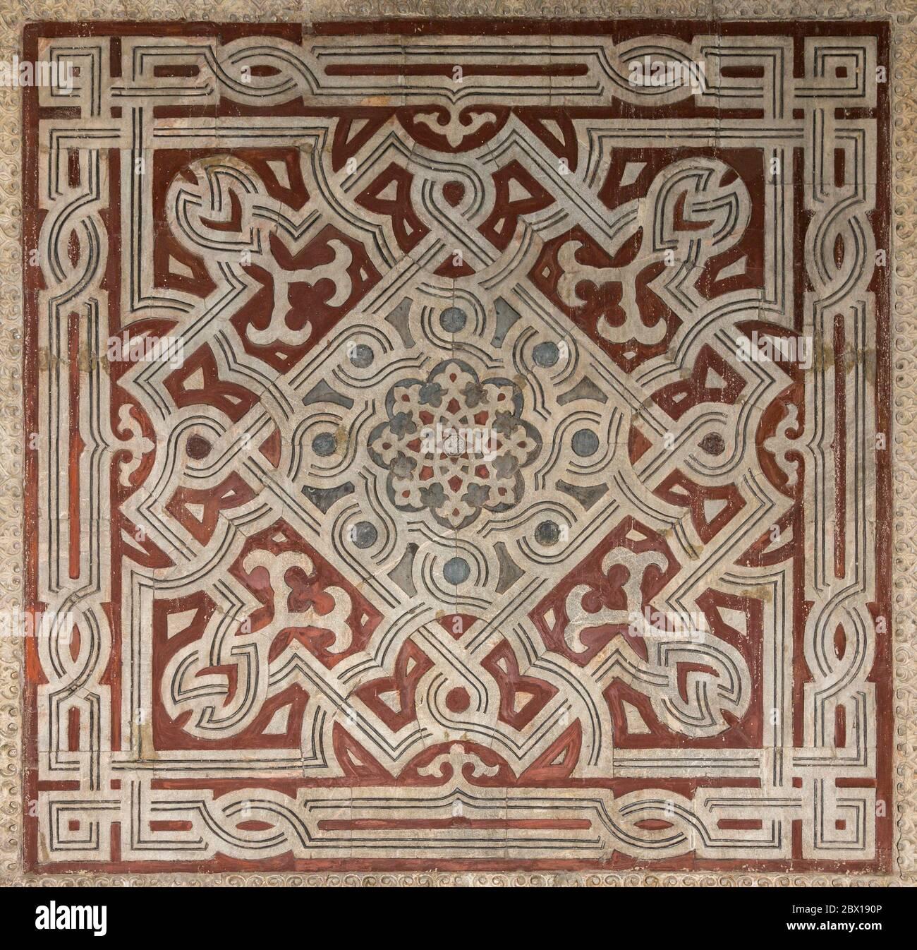 Detalle de paneles de mármol en el vestíbulo, complejo Sultan Hasan, el Cairo, Egipto Foto de stock