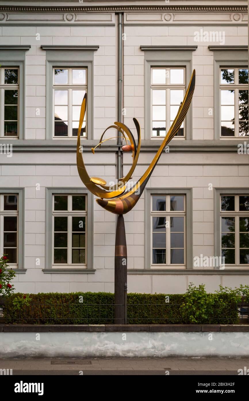 Un péndulo alado móvil como arte en la construcción. Instalación artística frente al edificio en Grevenbroich, Alemania Foto de stock