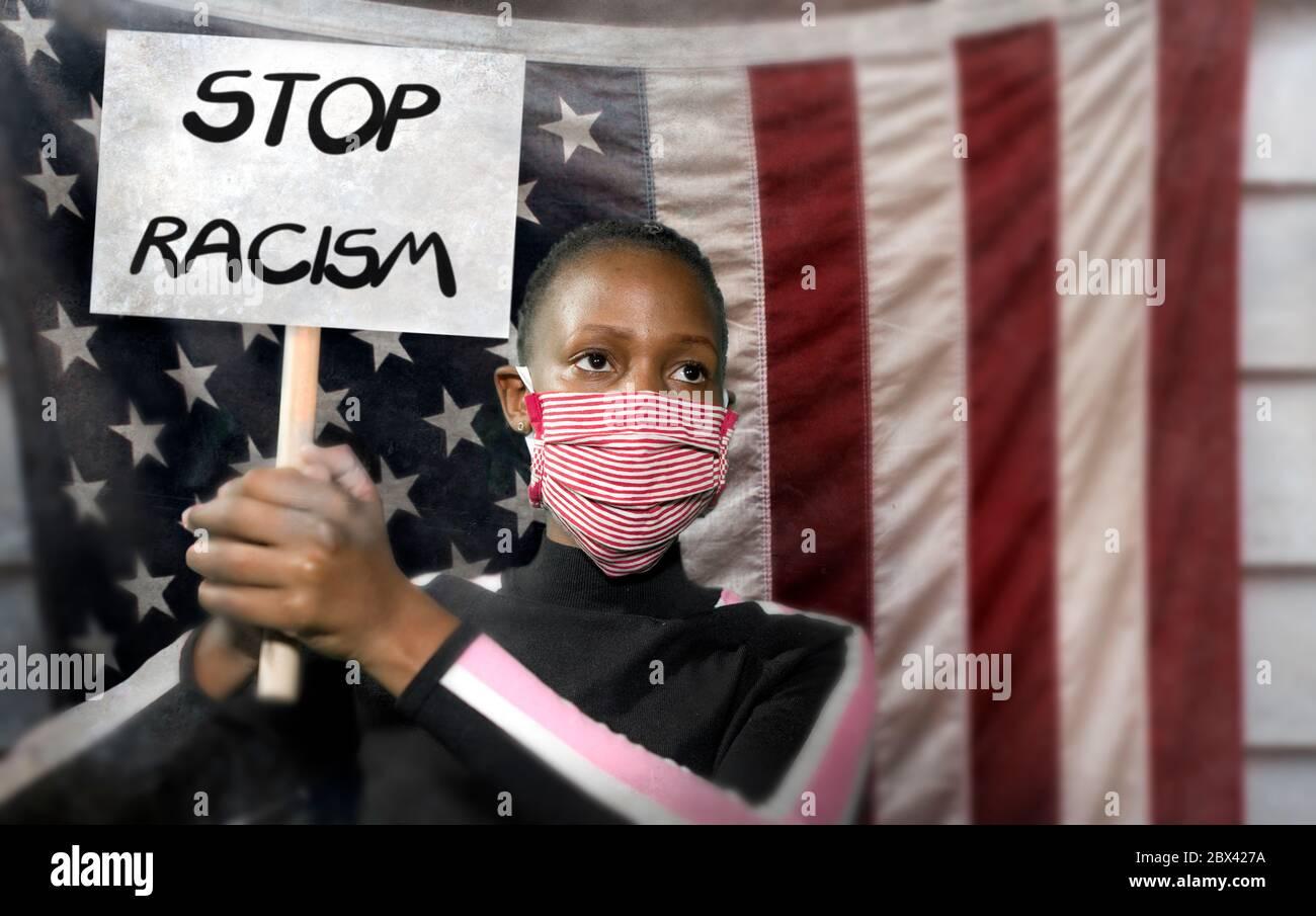 Deja de racismo niña activista negra protestando contra el gobierno de EE.UU. - joven indignada y hipster mujer afroamericana sosteniendo bandera de protesta exigiendo Foto de stock