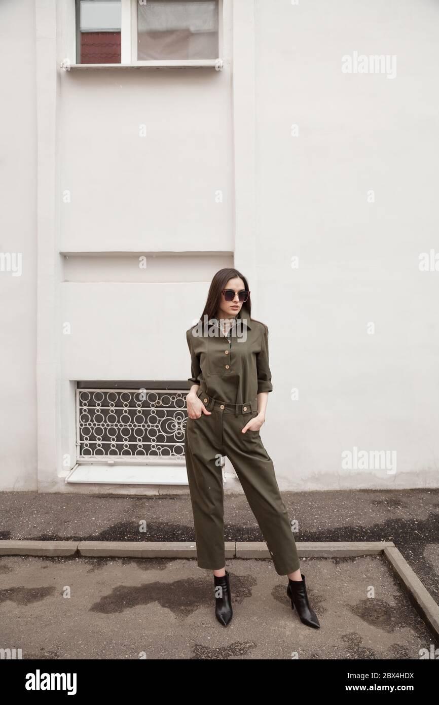 Mujer Con Traje De Pantalones Verde Posando En La Calle De La Ciudad Europea Espacio De Copia Pared Blanca Minimalista Fondo Urbano Concepto De Moda Editorial Fotografia De Stock Alamy