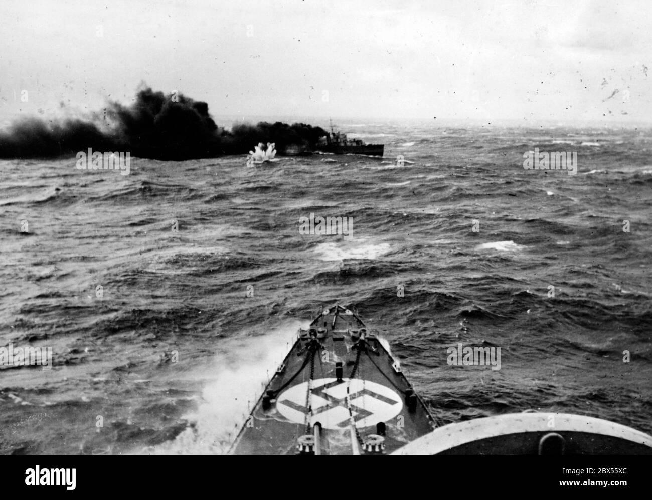 Un destructor inglés es atacado mientras navega a Noruega. En primer plano está el arco de un buque de guerra alemán. Este es probablemente el hundimiento del destructor británico HMS Glowworm por el crucero pesado alemán Almirante Hipper en 08.04.1940. Foto de stock
