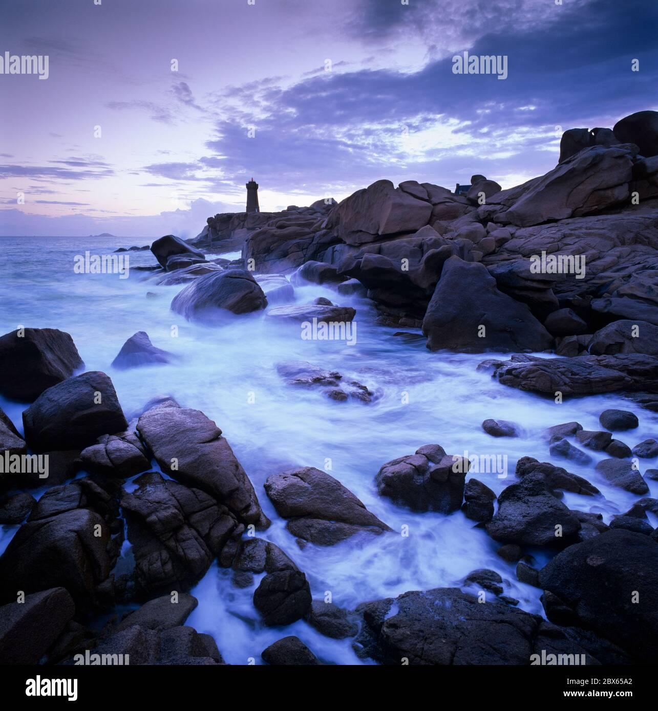 Faro sobre el mar tormentoso en la Costa de granito Rosa, Ploumanac'h, Cotes d'Armor, Bretaña, Francia Foto de stock