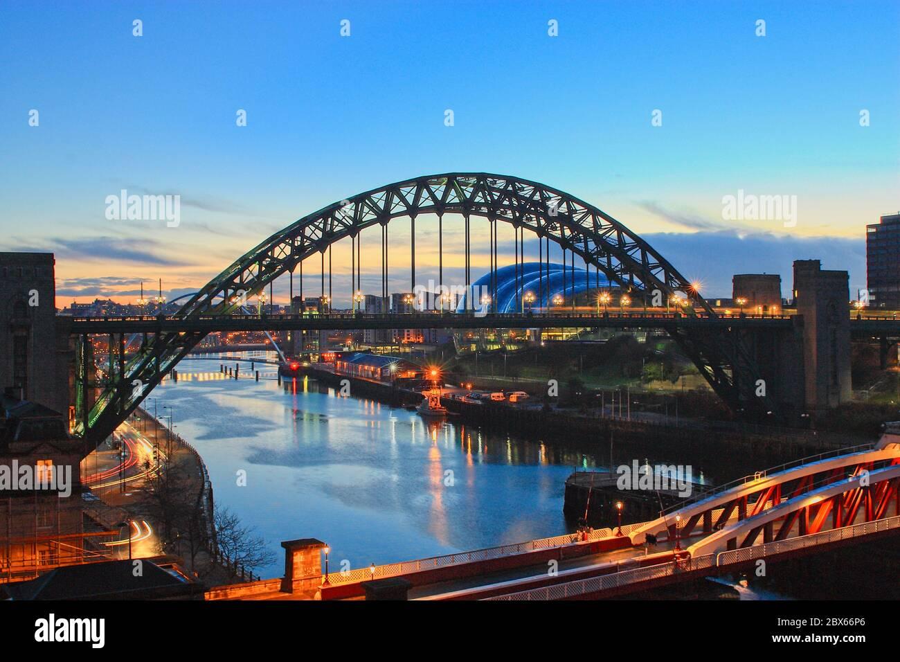 El puente Tyne en la hora azul al amanecer sobre el río Tyne que une Newcastle y Gateshead en Tyne y Wear, noreste de Inglaterra. Foto de stock