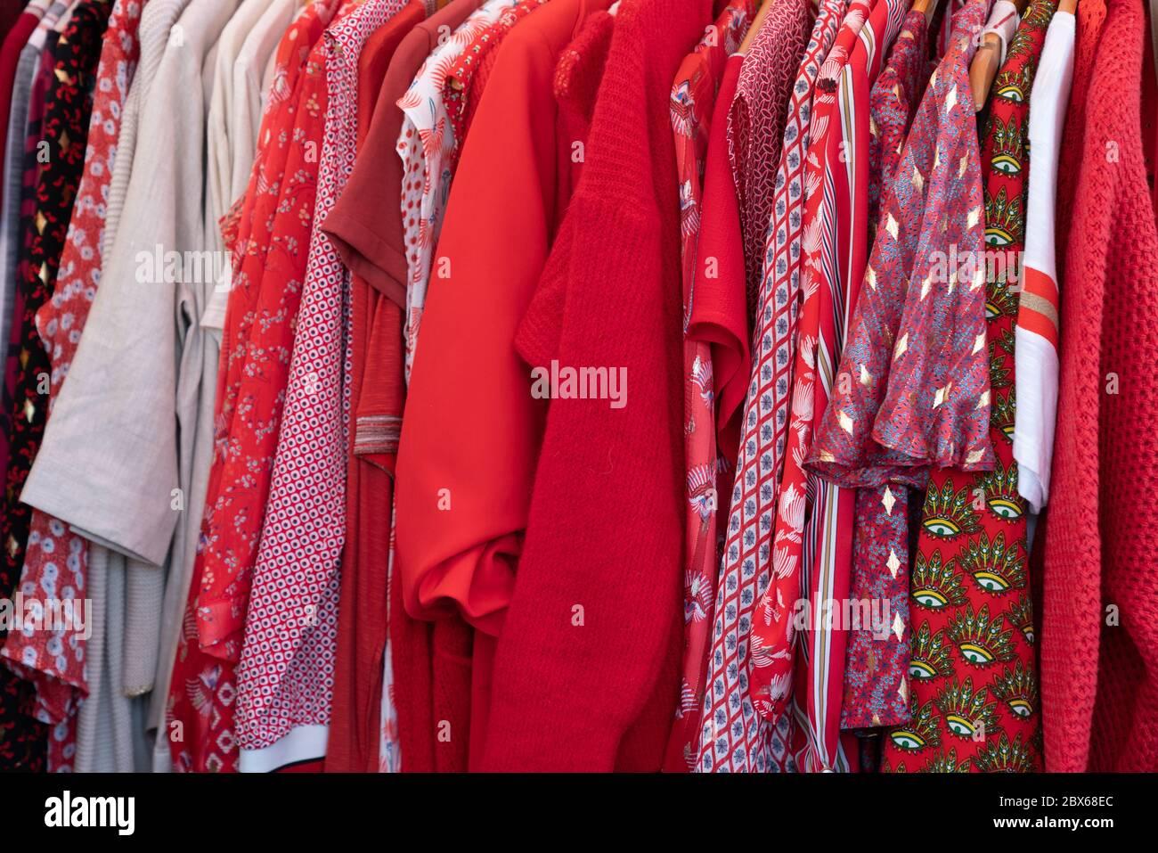 camisas de color rojo top vestir ropa en un percha Foto de stock