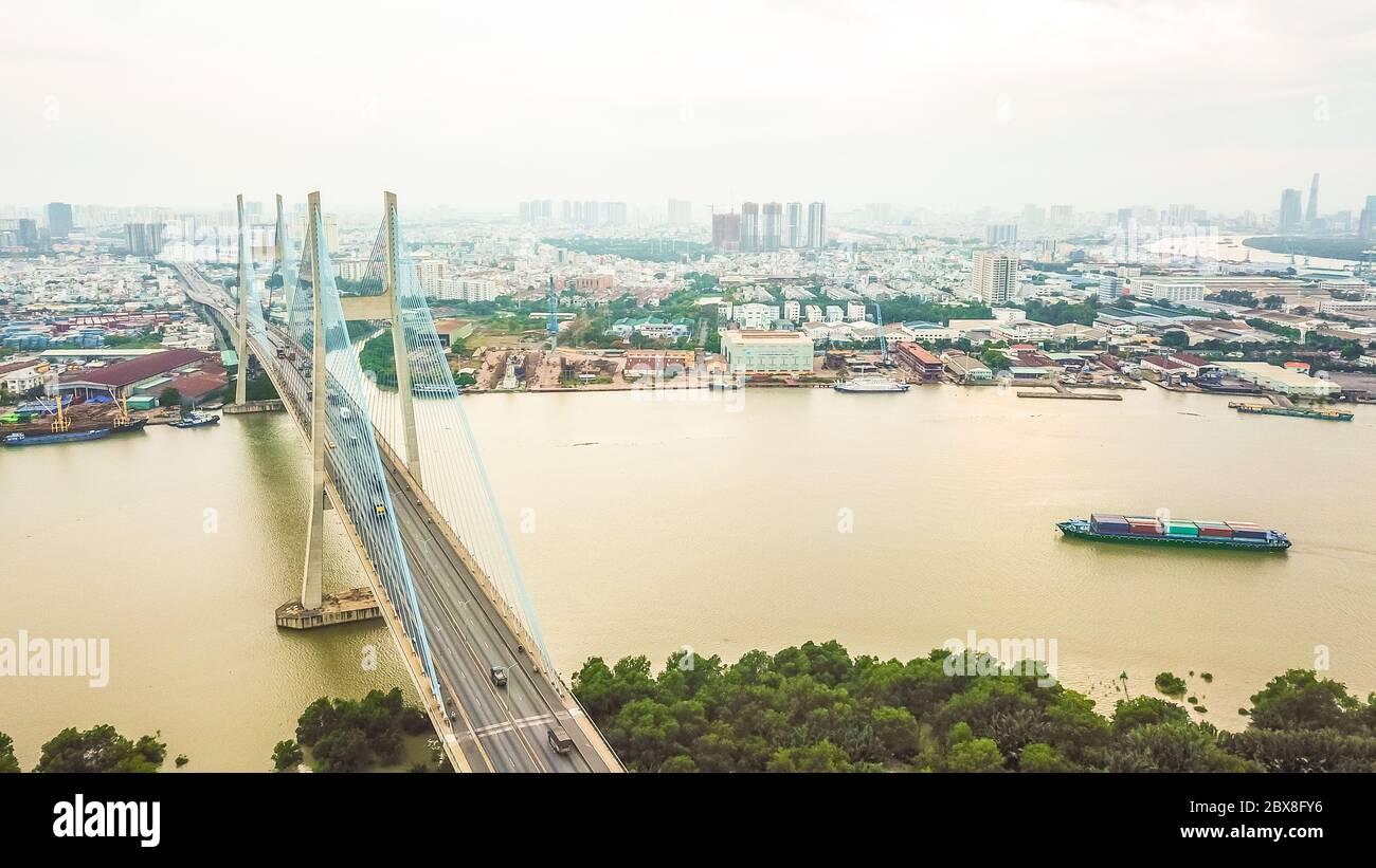 Vista de Drus de Phu Mi puente en la ciudad de Ho Chi Minh. Vietnam Foto de stock