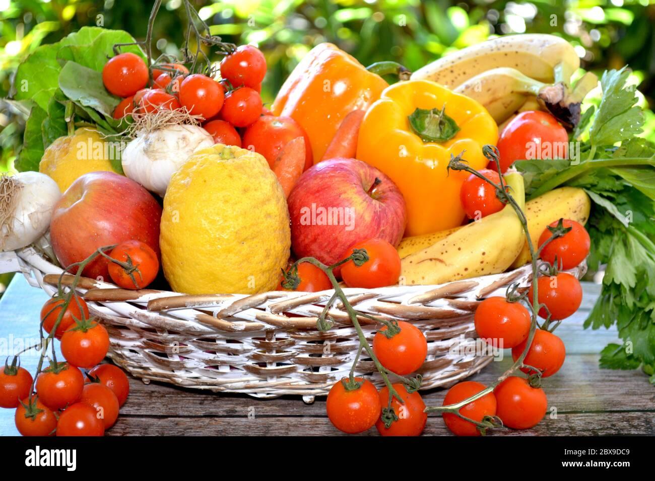 Canasta de frutas y verduras Foto de stock