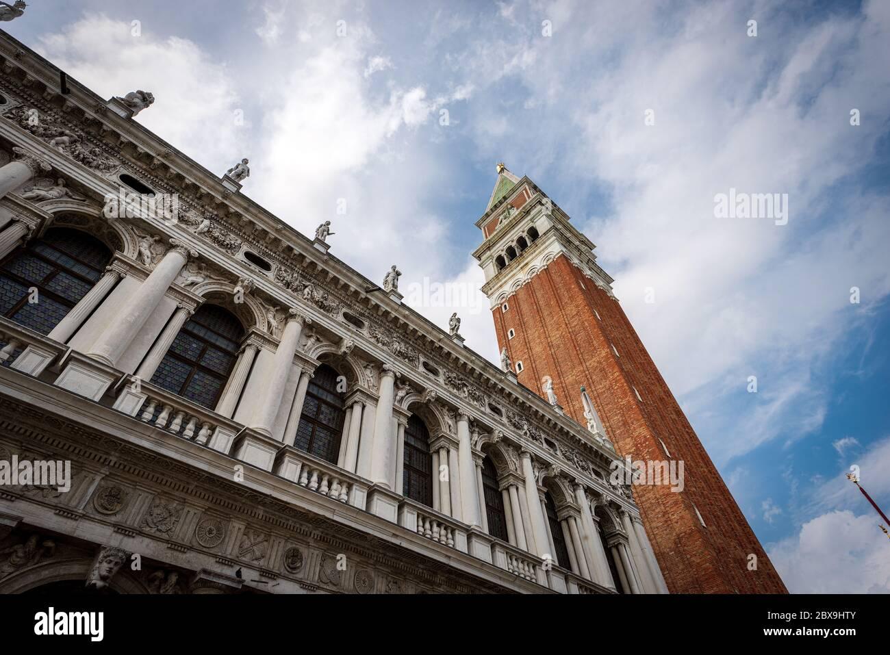 Venecia Italia, Piazza San Marco, con el campanario (Campanile) y el palacio de la Biblioteca Nazionale Marciana (Biblioteca). Veneto, Italia, Europa Foto de stock