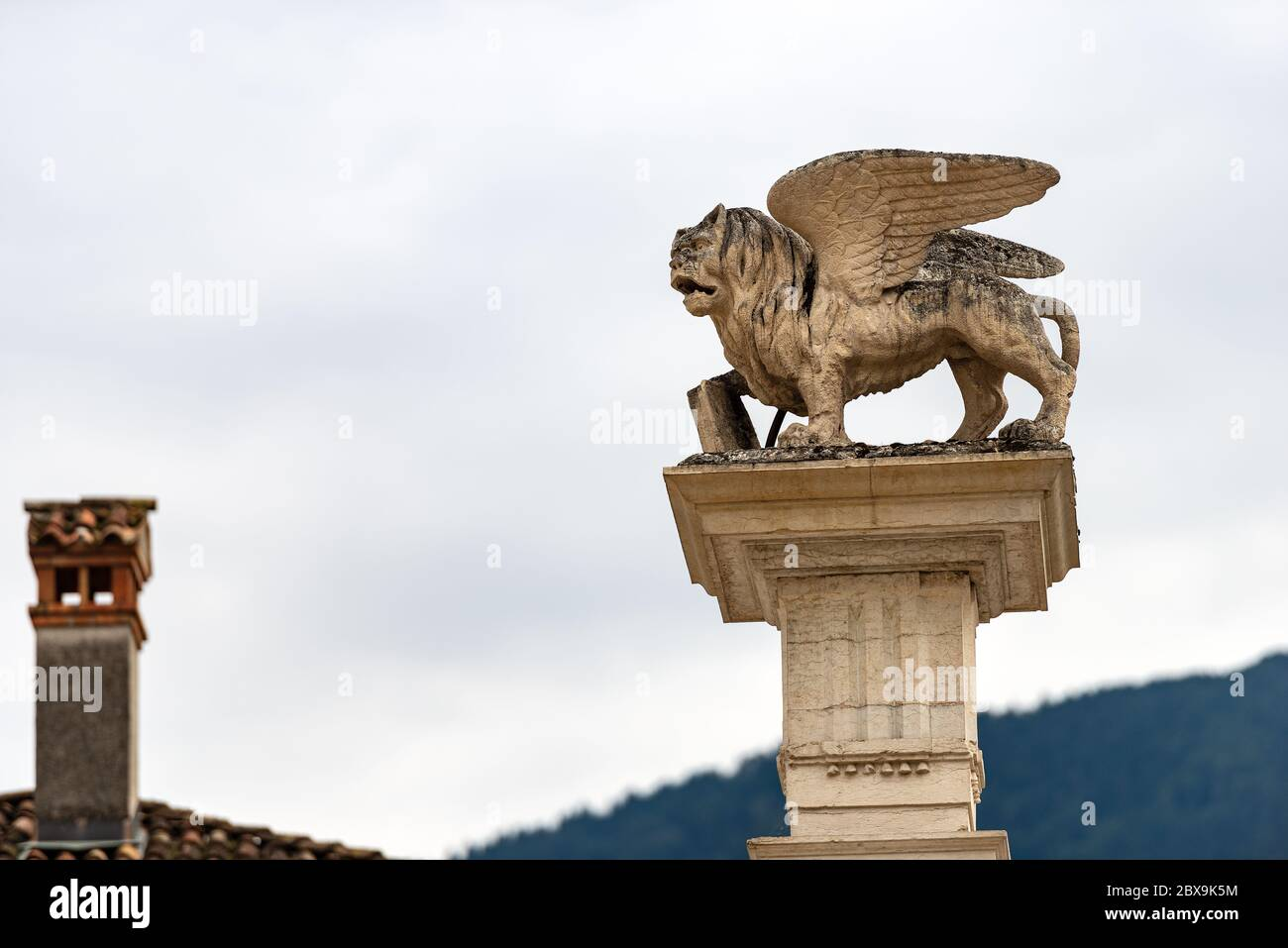 León alado de San Marcos (Leone di San Marco) en la parte superior de una columna, símbolo de la República veneciana. Piazza Maggiore, Feltre, provincia de Belluno, Véneto Foto de stock