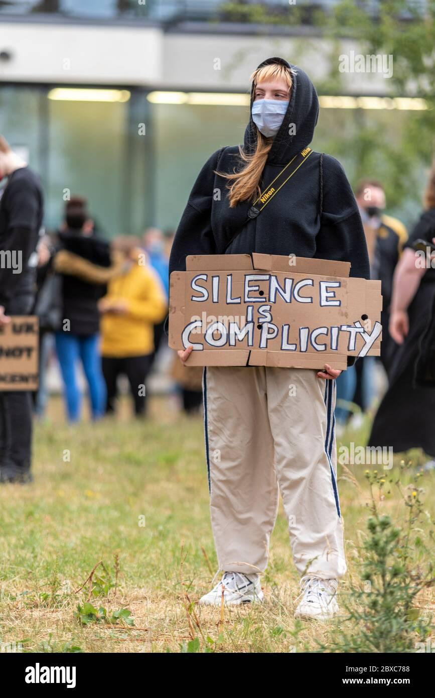 Black Lives importa manifestación de protesta contra el racismo en Southend on sea, Essex, Reino Unido. Blanca mujer caucásica con silencio es un cartel de complicidad. Aislado Foto de stock