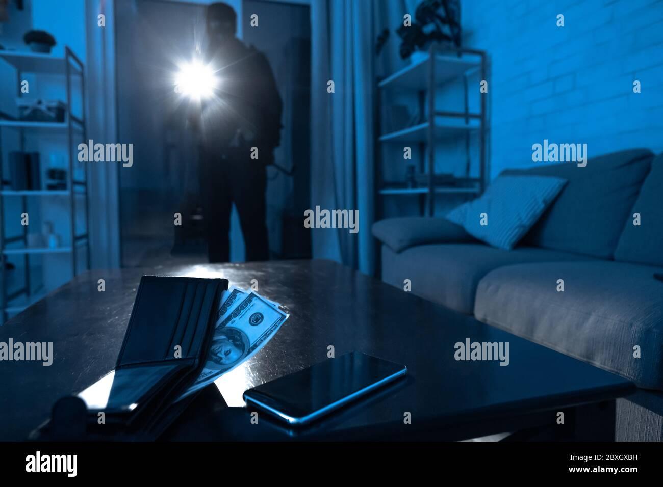 Casquillo nocturno con iluminaci/ón aleatoria disuasorio para ladrones