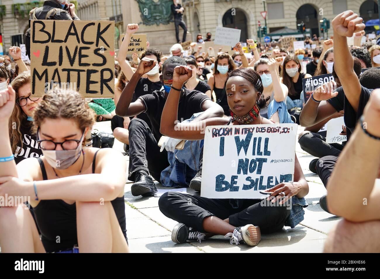 Manifestantes pacíficos se manifiestan contra la muerte de George Floyd y toda discriminación racial. Turín, Italia - Junio 2020 Foto de stock