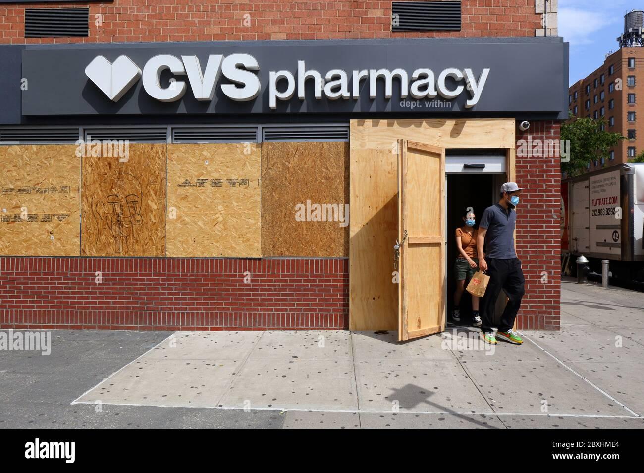 Nueva York Ny 4 De Junio De 2020 Los Compradores Que Salen De Una Farmacia Cvs