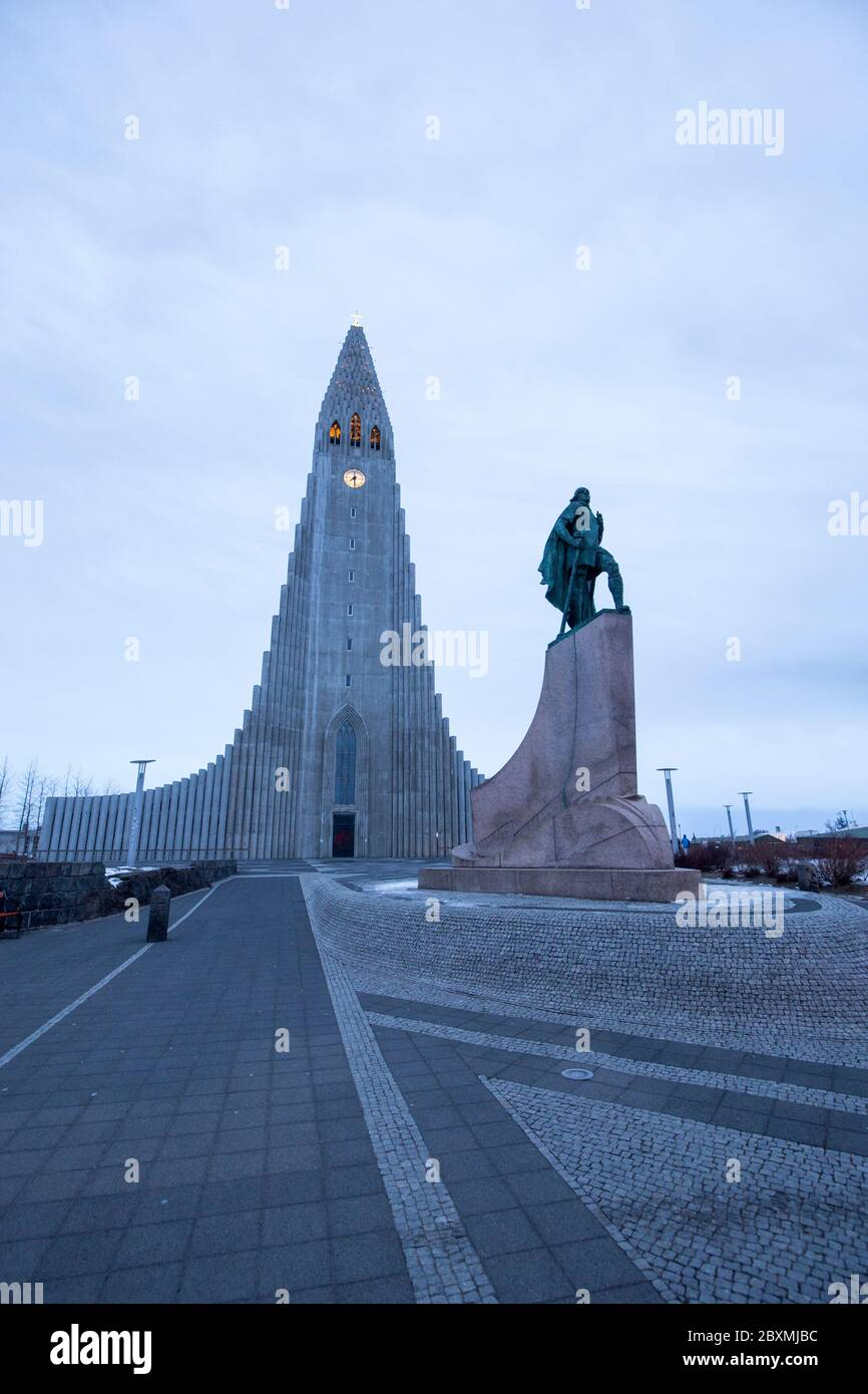 Leif Erikson monumento frente a la iglesia de Reykjavik, Islandia Foto de stock
