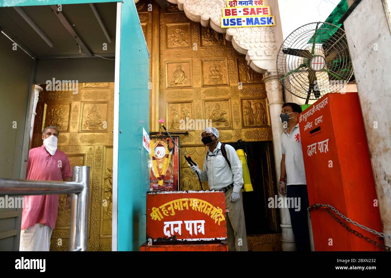 """(200608) -- NUEVA DELHI, 8 de junio de 2020 (Xinhua) -- los miembros del personal desinfectan el Templo de Lord Hanuman para prepararlo para reabrir en Cannaught Place en Nueva Delhi, India, 6 de junio de 2020. La gente se metió en lugares de culto como templos, mezquitas, iglesias y gurudwara (para la comunidad sikh) en la India el lunes, cuando los lugares religiosos reabrieron en muchos estados después de 76 días de encierro debido a COVID-19. La reapertura de lugares religiosos fue permitida por nuevas directrices emitidas por el gobierno federal el 4 de junio, que declaraban """"lugares religiosos o lugares de culto para el público en las zonas de contención shal Foto de stock"""