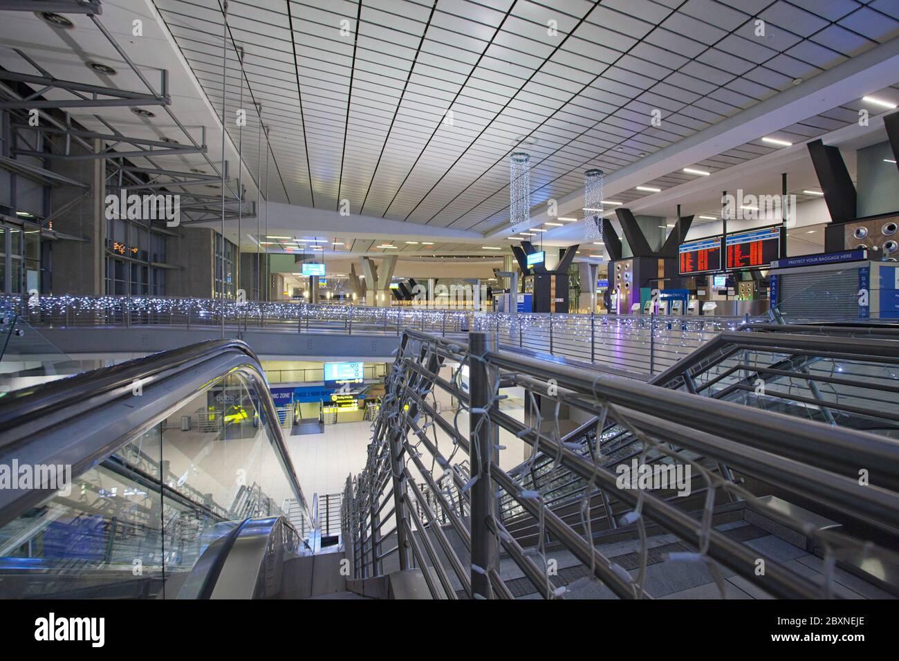 Escaleras mecánicas en el Aeropuerto Internacional O. R. Tambo. Foto de stock