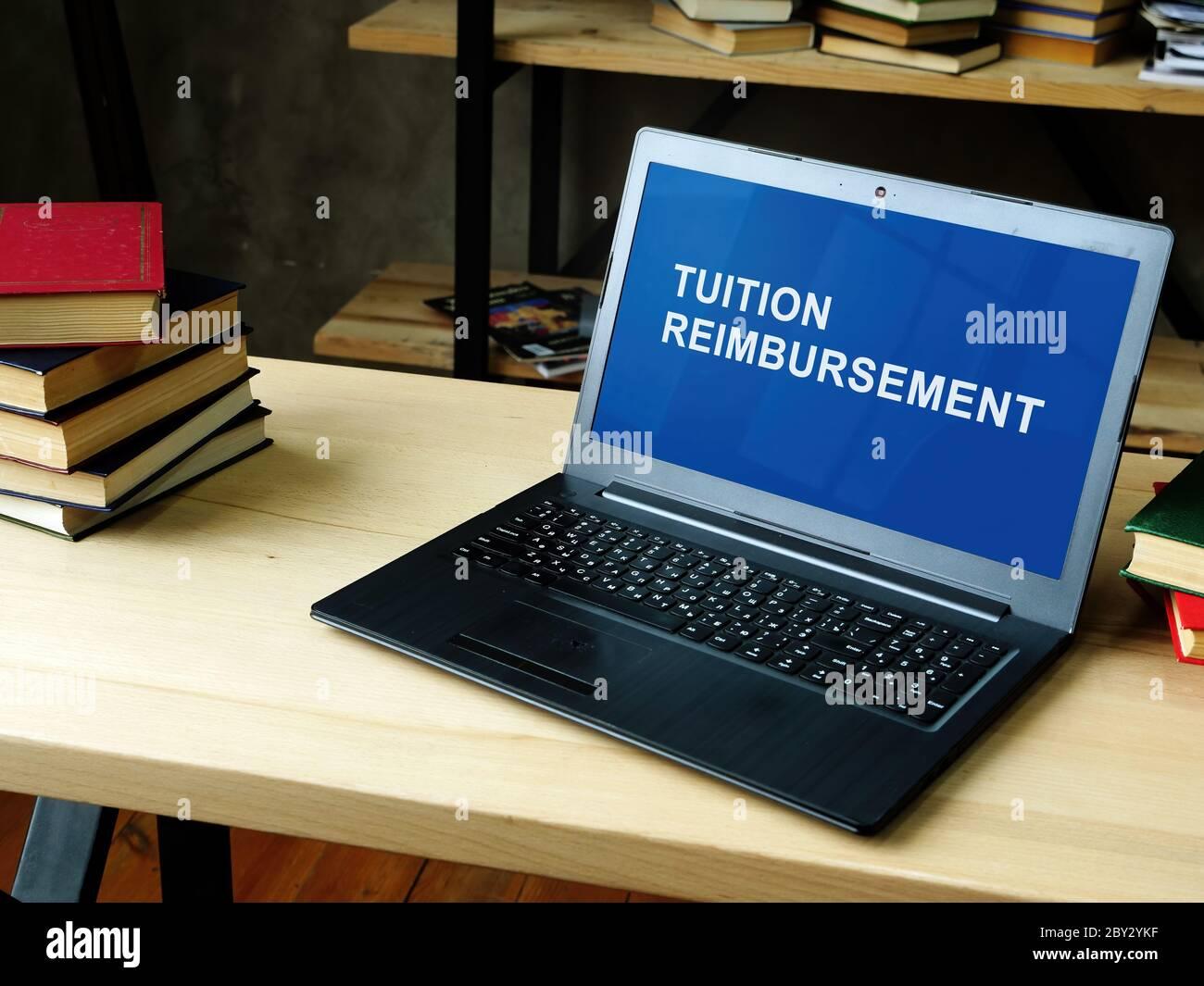 Portátil con información sobre reembolso de matrícula. Foto de stock