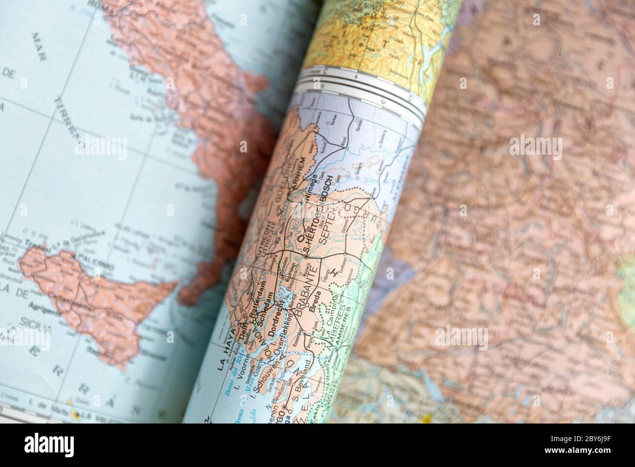 Detalle de varios mapas del mundo. Vista superior. Espacio para texto. Concepto de viajes, turismo y cartografía Foto de stock