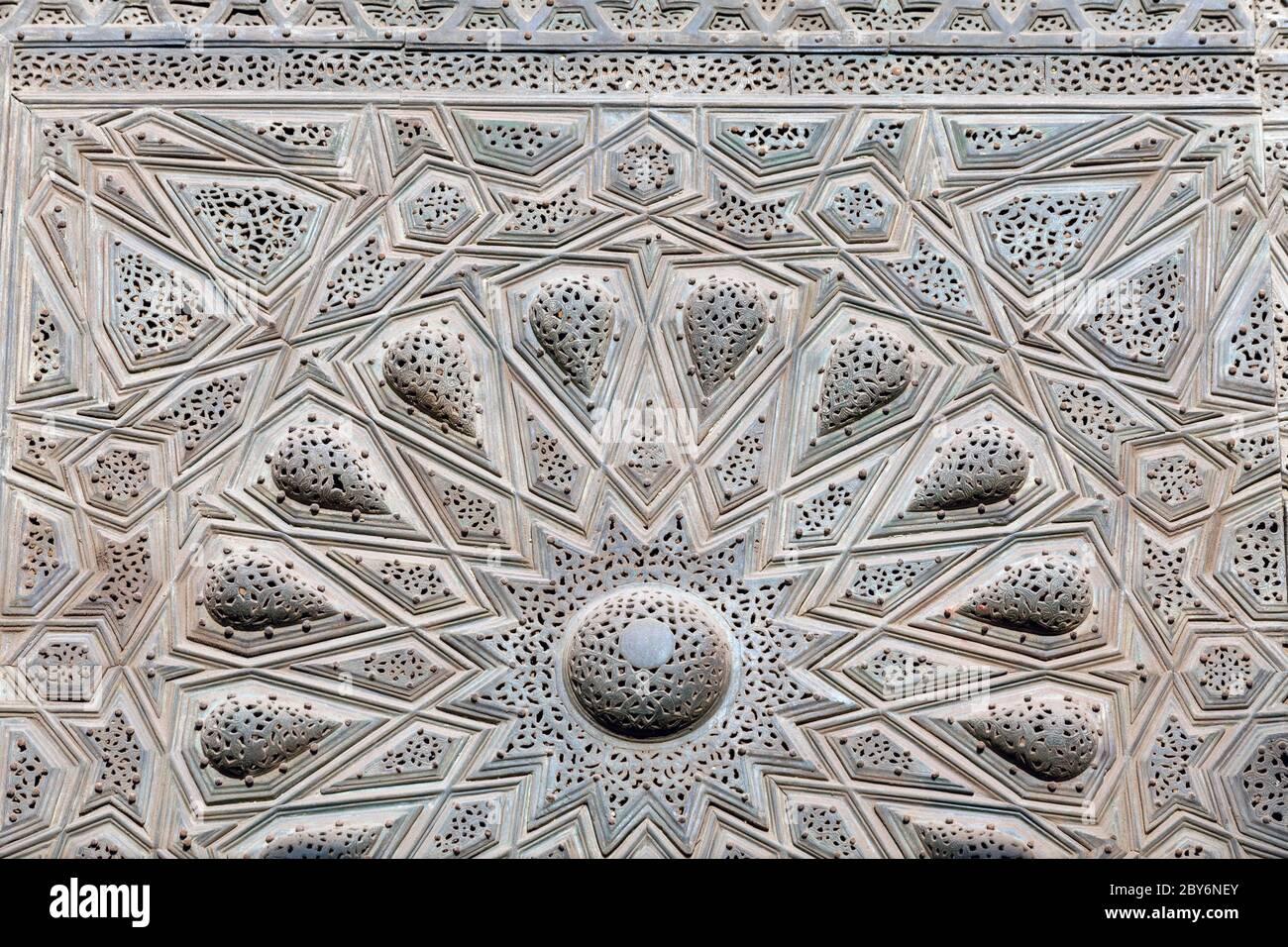 Sultan Hasan complejo, El Cairo, detalle de la puerta de entrada original Foto de stock