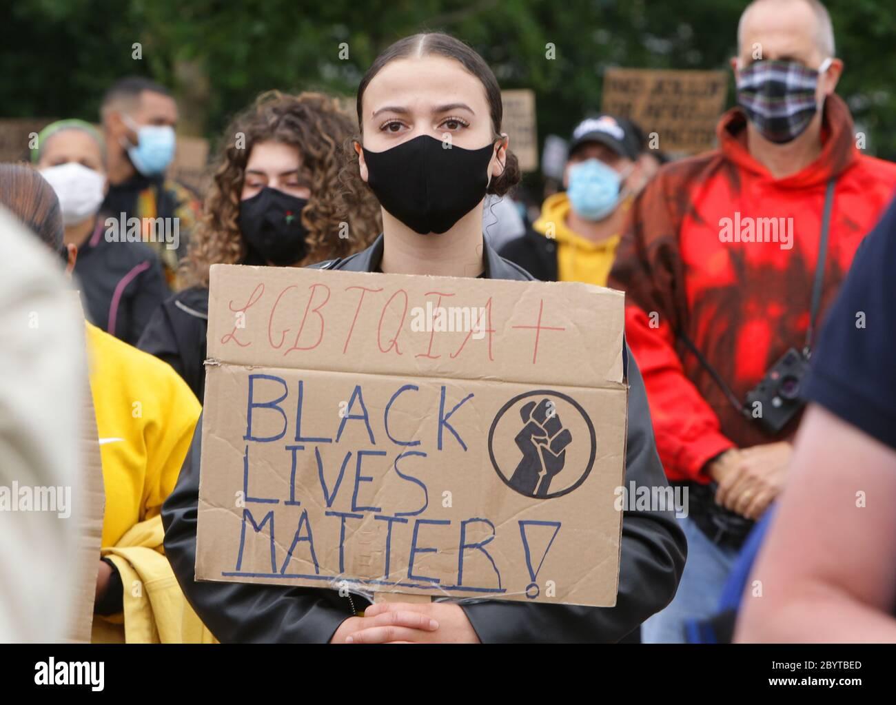 Miles de personas reunidas durante vidas negras son objeto de protestas pacíficas contra el racismo y la violencia policial en el Parque Nelson Mandela en Bijlmer Foto de stock