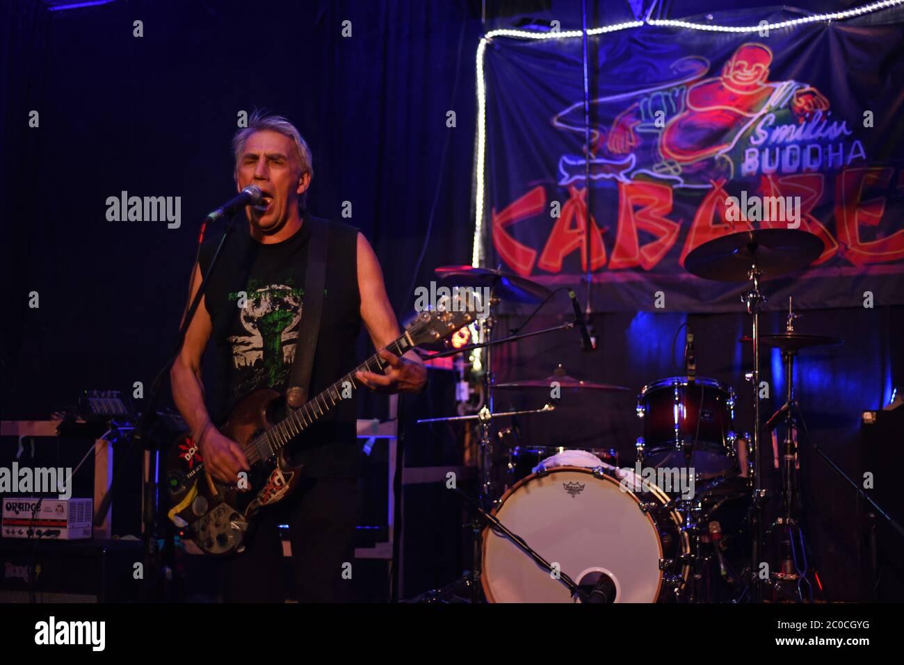 El veterano grupo punk rock, el cantante y guitarrista de DOA Joe Keithley, interpreta un espectáculo en solitario en un álbum lanzado en SBC, una discoteca en el sitio del antiguo Smilin Foto de stock