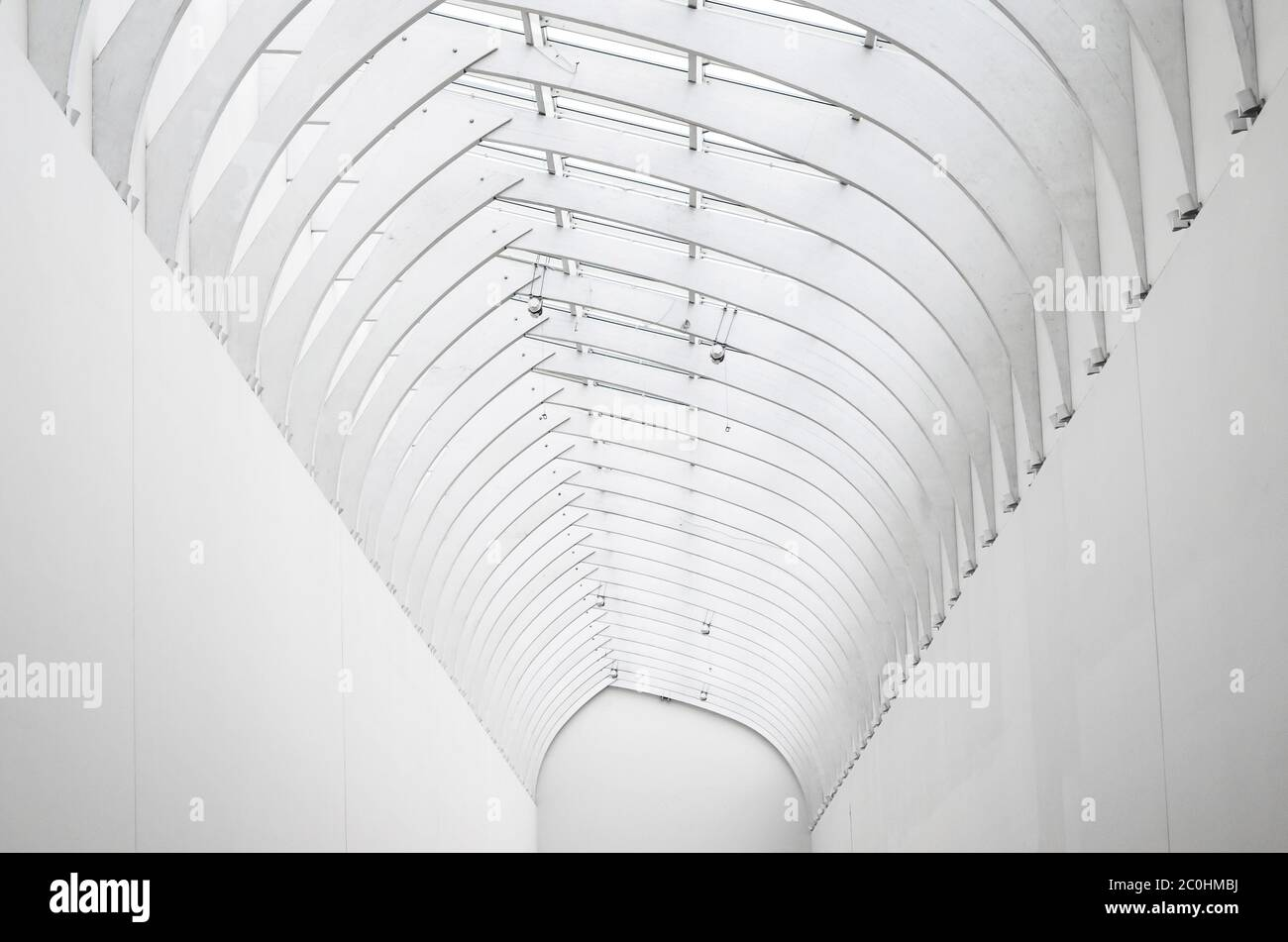 Arco blanco de acero y vidrio, vista de la perspectiva lejana Foto de stock