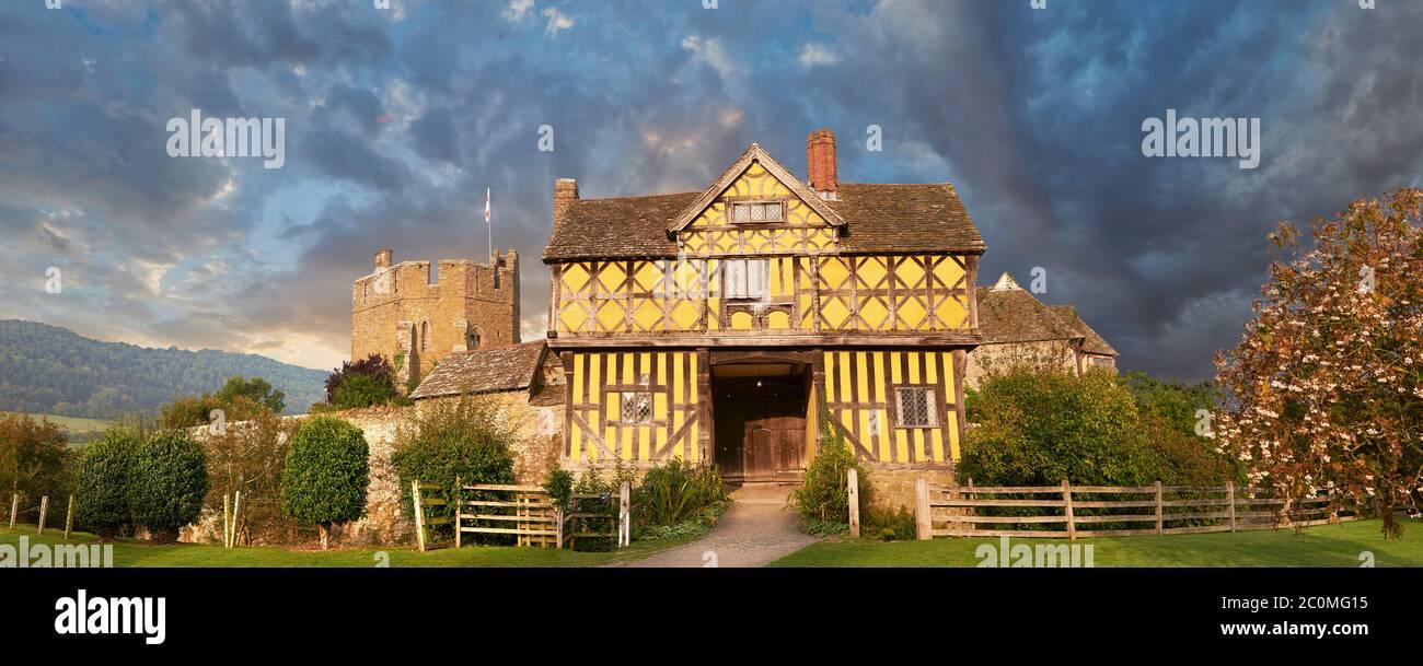 La casa de puertas de madera de la casa señorial medieval fortificada más fina de Inglaterra construida en la década de 1280, Stokesay Castillo, Shropshire, Inglaterra Foto de stock