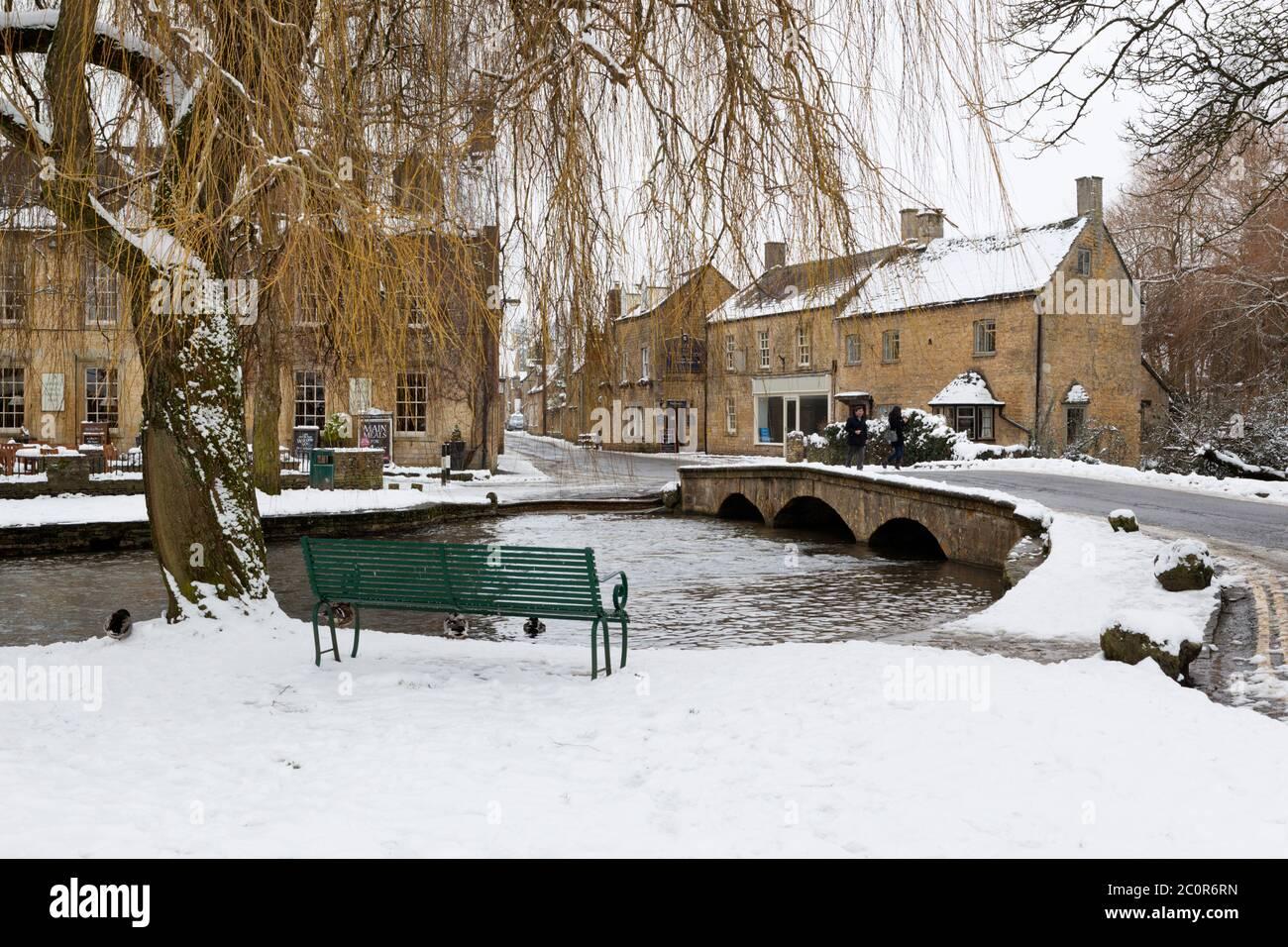Cotswold Village en el río Windrush en la nieve, Bourton-on-the-Water, Cotswolds, Gloucestershire, Inglaterra, Reino Unido Foto de stock