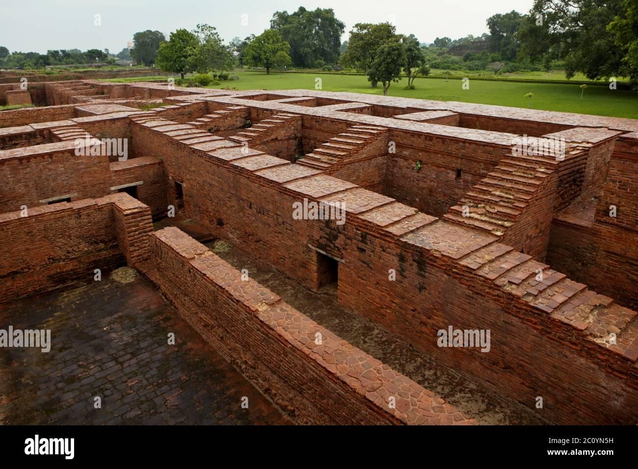 Vista desde la cima de un antiguo complejo monasterio de Nalanda mostrando callejones, escaleras y habitaciones para monjes. Nalanda, Bihar, India. Foto de stock