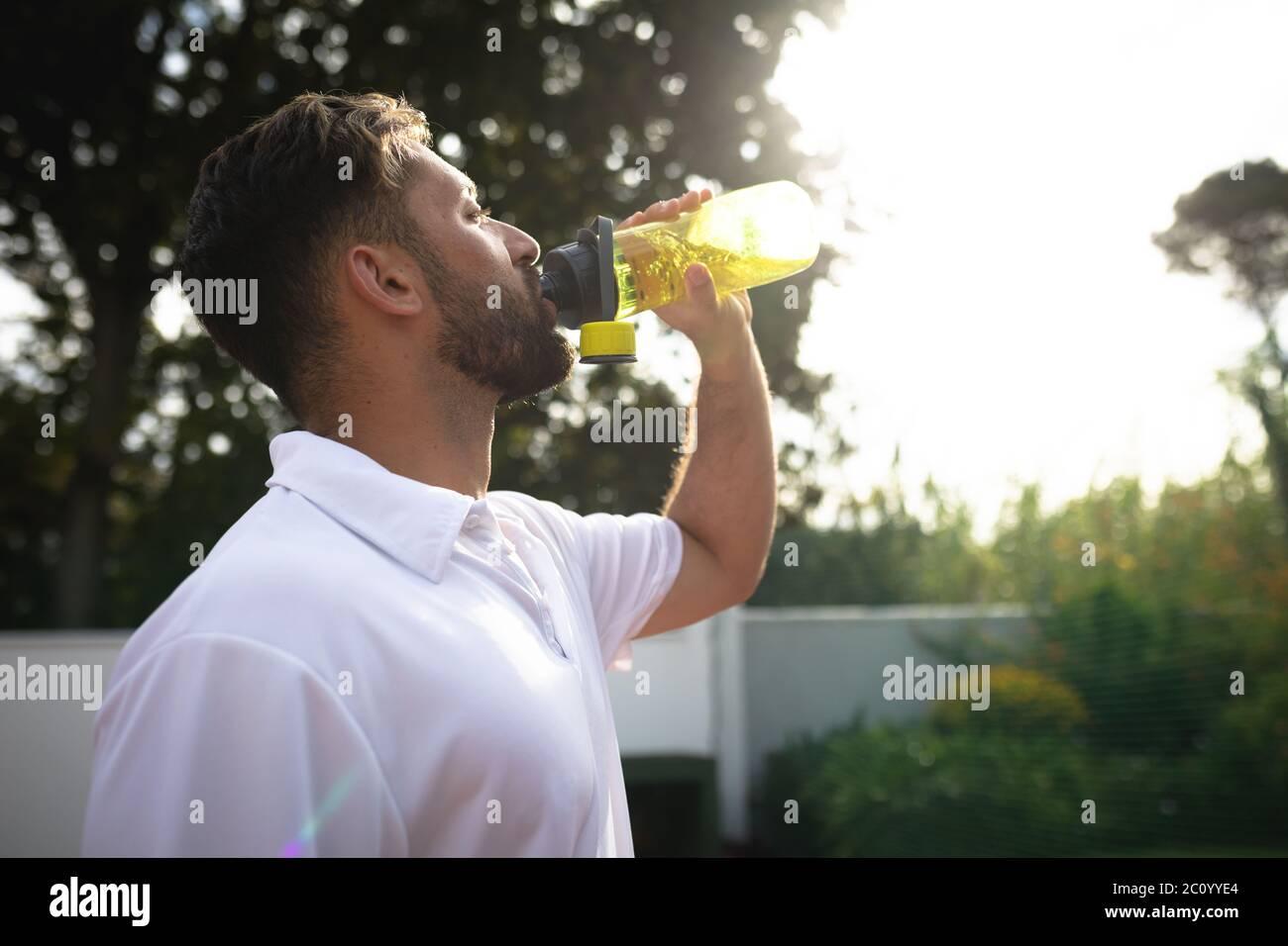 Entrenamiento de hombre caucásico en una cancha de tenis Foto de stock