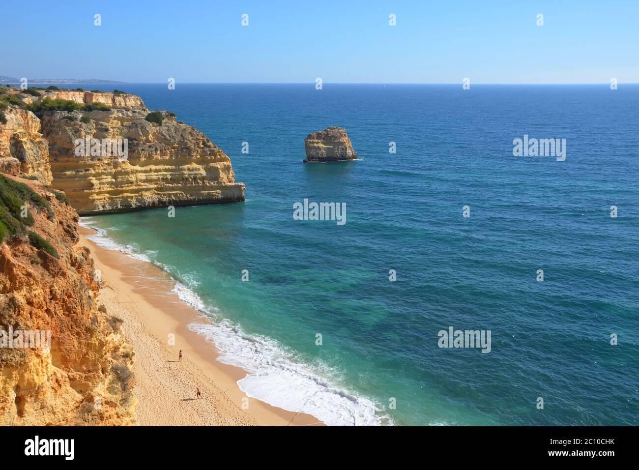 Playa y acantilados, siete valles colgantes ruta, Algarve, Portugal Foto de stock