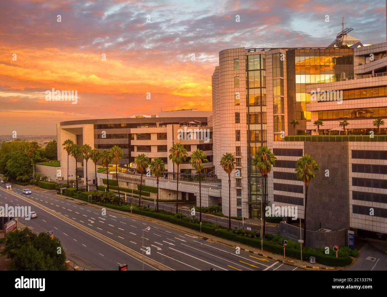 Oficinas corporativas y financieras en Sandton Johannesburgo Sudáfrica en el cielo de la puesta del sol Foto de stock