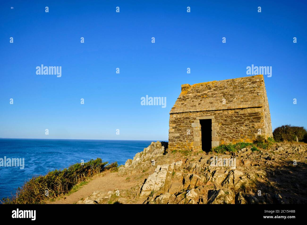 Francia, Normandía, departamento de la Mancha, Cotentin, Mont-Saint-Michel Bay, Carolles, Champeaux acantilado, Vauban cabaña Foto de stock