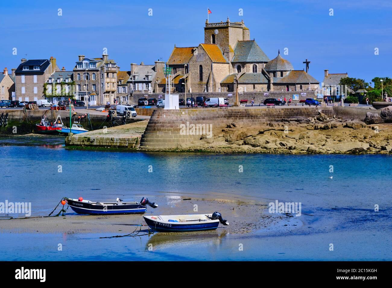 Francia, Normandía, departamento de la Mancha, Cotentin, Barfleur, etiquetados Les Plus Beaux Villages de France, puerto pesquero de la caza de la mar y la iglesia de Saint-Nicolas Foto de stock