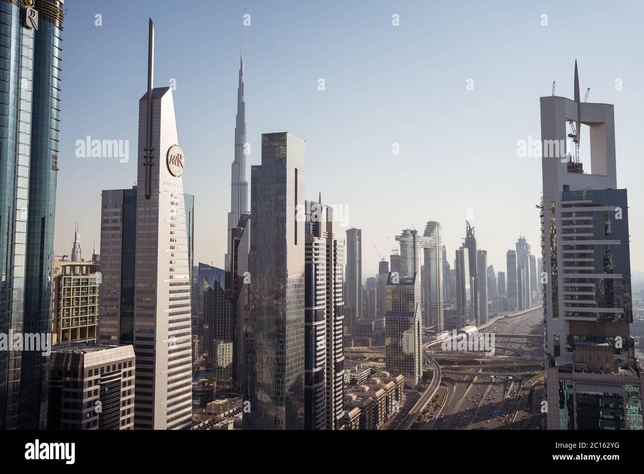 Dubai / Emiratos Árabes Unidos - 1 de febrero de 2020: Impresionante vista aérea del centro financiero de Dubai con gran franja principal durante la puesta de sol y el tráfico intenso de vehículos Foto de stock