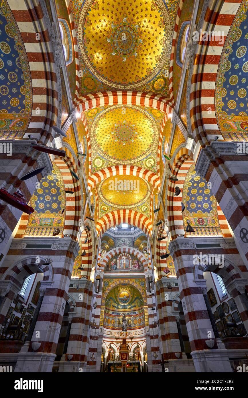 Interior de la basílica de Notre-Dame de la Garde (Iglesia Superior) con un colorido estilo del Renacimiento Bizantino. Marsella, Bocas del Ródano, Provenza, Francia Foto de stock