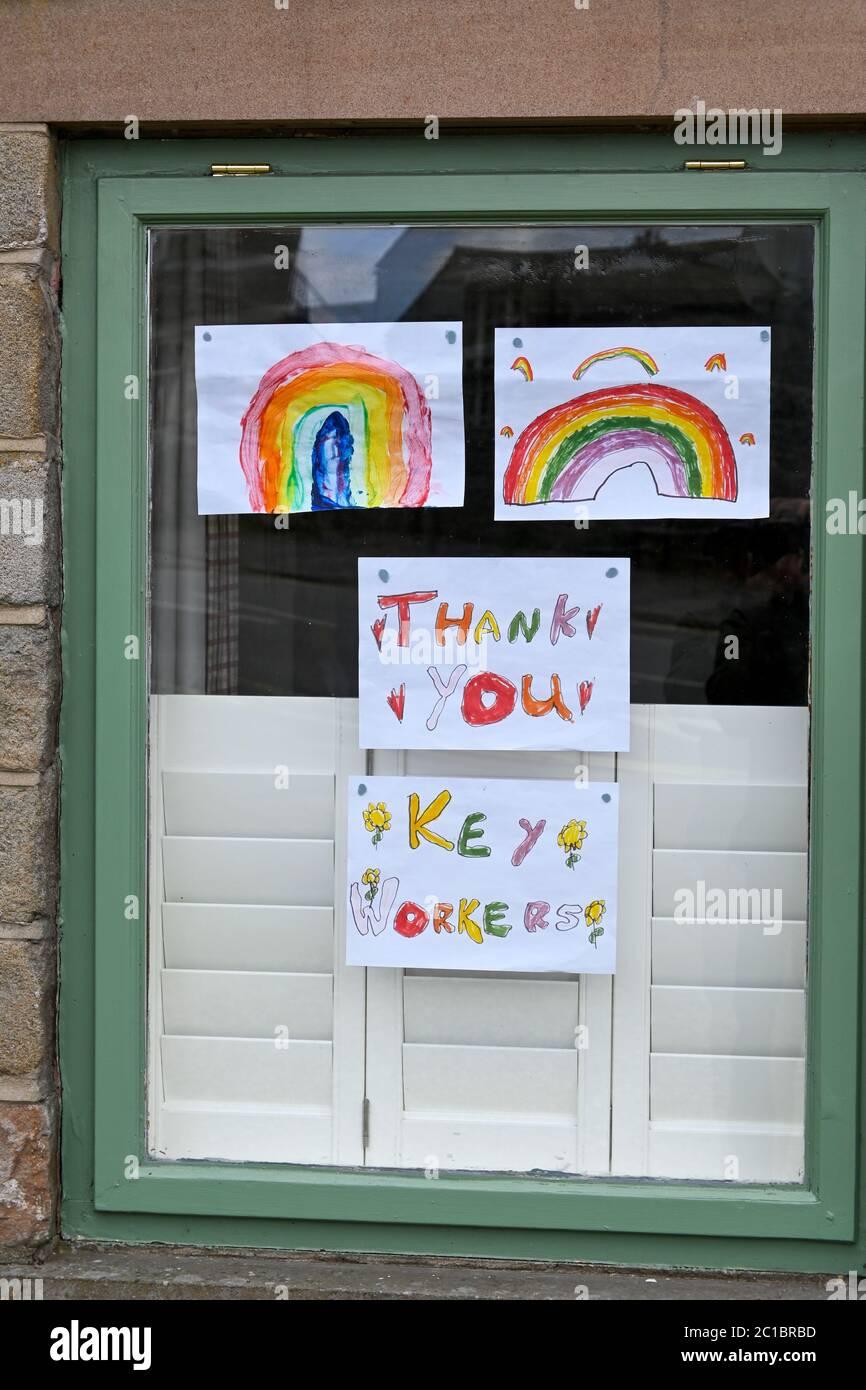 Mensaje de agradecimiento del arco iris en las ventanas durante el bloqueo coronavirus 2020 Derbyshire Inglaterra Foto de stock