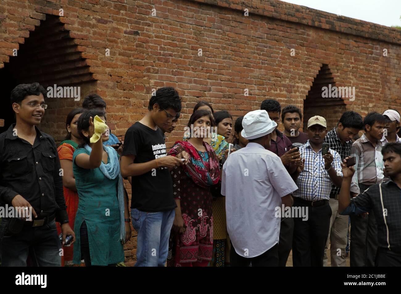 Un grupo de estudiantes universitarios que visitan el antiguo complejo universitario budista de Nalanda en Nalanda, Bihar, India. Foto de stock