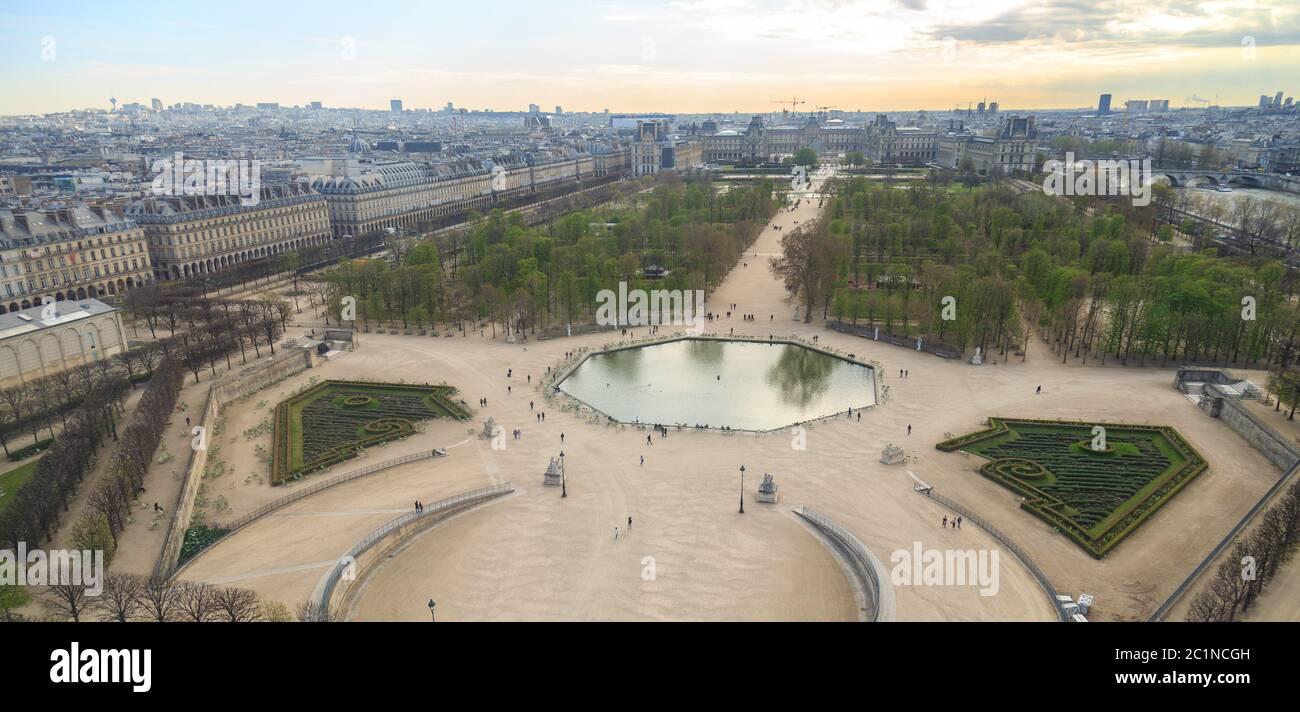 París, Francia, 28 2017 de marzo: Vista aérea desde la noria del Jardín de las Tullerías y el Palacio del Louvre Foto de stock