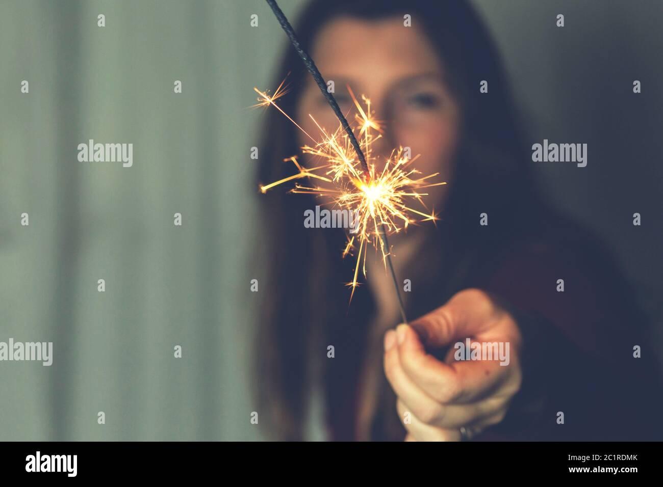 Mujer con Bengala Celebración de fuegos artificiales piromusical felicidad concepto Foto de stock