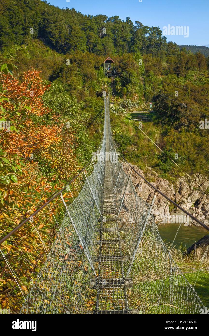 Puente colgante más largo de Nueva Zelanda durante el Buller Gorge Foto de stock