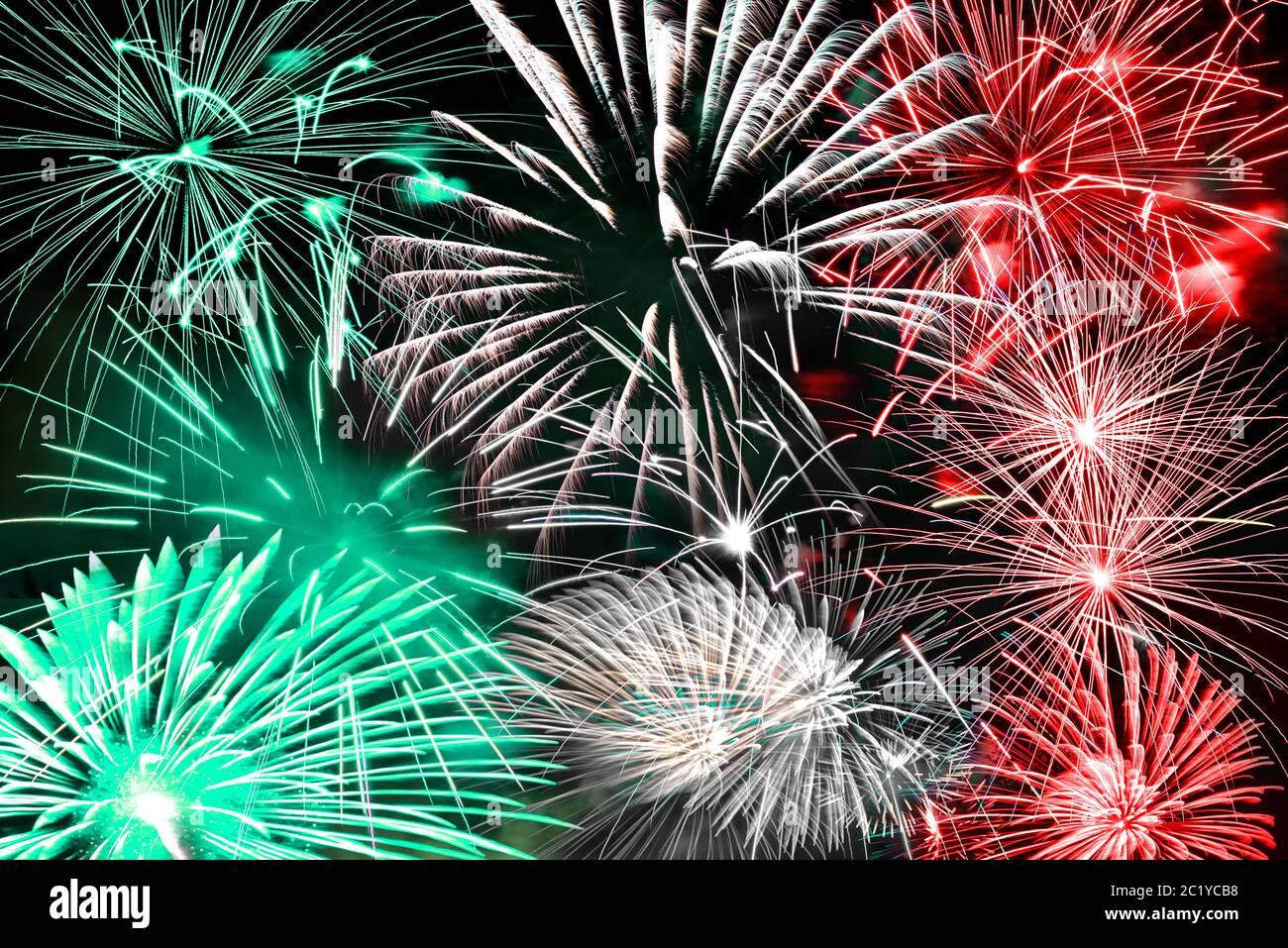 Verde blanco y rojo fuegos artificiales fondo Foto de stock