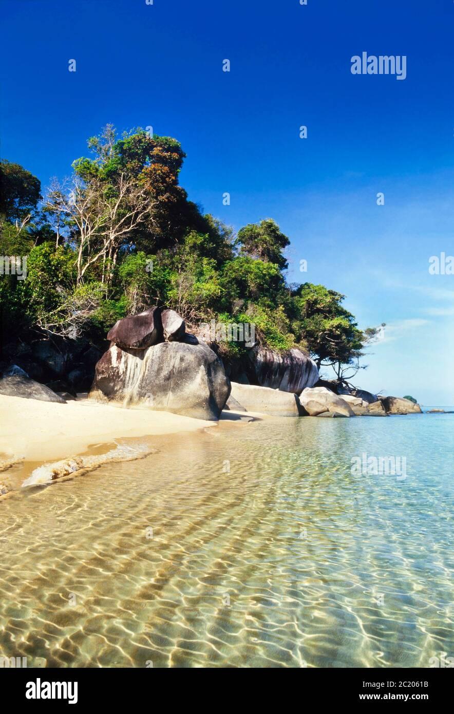 Pulau Tioman (isla) Malasia, Mar del Sur de China, aguas cristalinas, playa de arena blanca Foto de stock