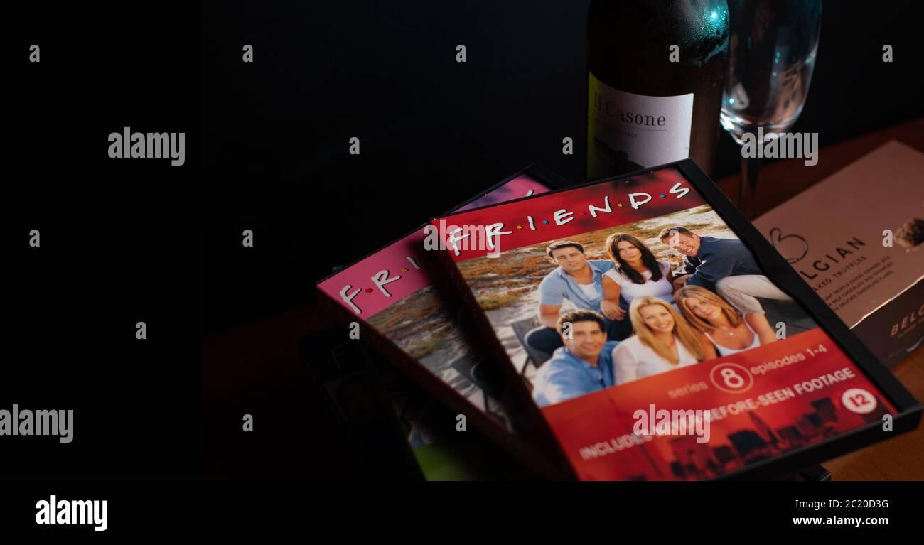 Colección de DVDs de Amigos. La enormemente popular sitcom ha sido criticada recientemente por su falta de diversidad racial a la luz de la campaña de BLM. Foto de stock
