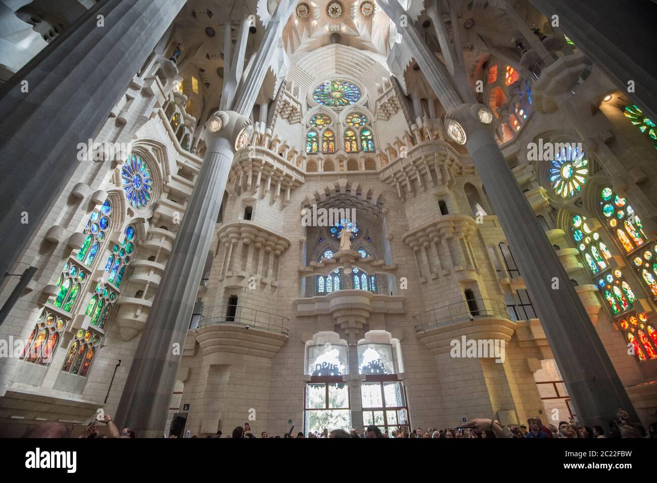 Interior de la Basílica de la Sagrada Familia, diseñada por Antoni Gaudí, su obra forma parte de un Patrimonio de la Humanidad de la UNESCO, Barcelona, España Foto de stock