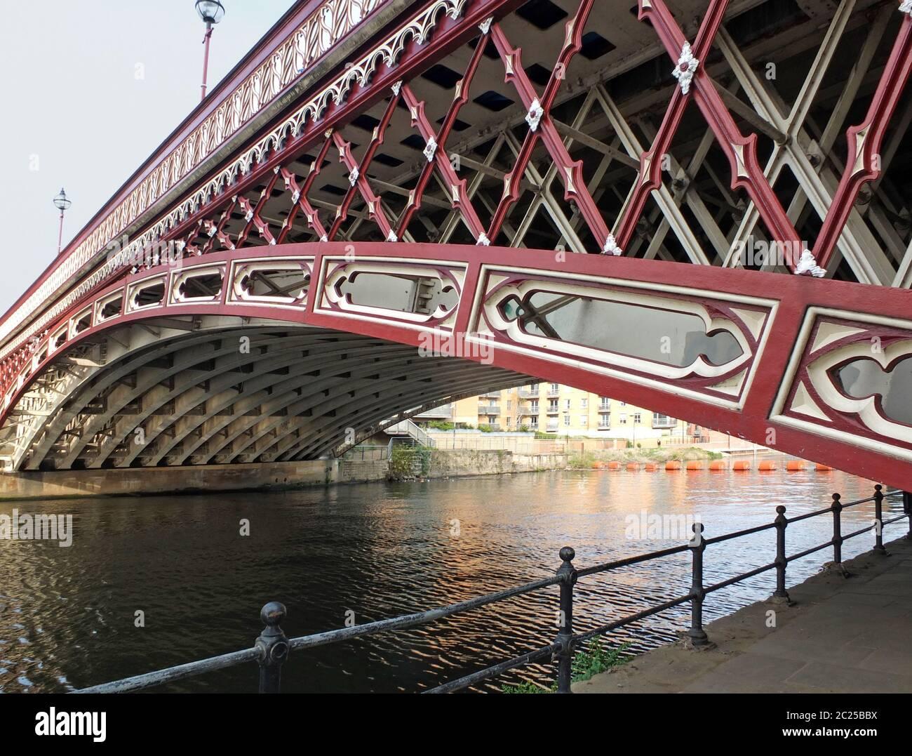 el histórico puente de punta de corona del siglo xix que cruza el río aire en leeds Foto de stock