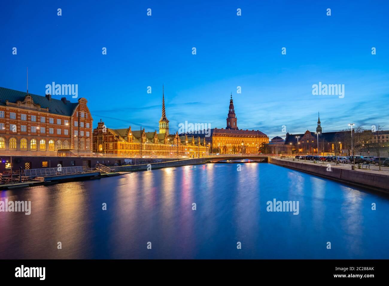 Vista nocturna del Palacio Christiansborg en Copenhague, Dinamarca Foto de stock