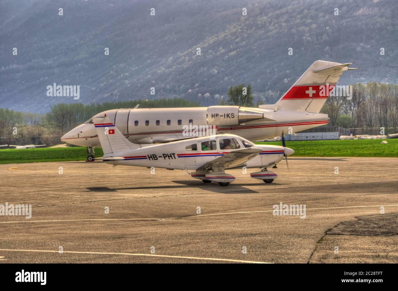 Dos aviones en el aeropuerto de Locarno en Ticino, Suiza Foto de stock