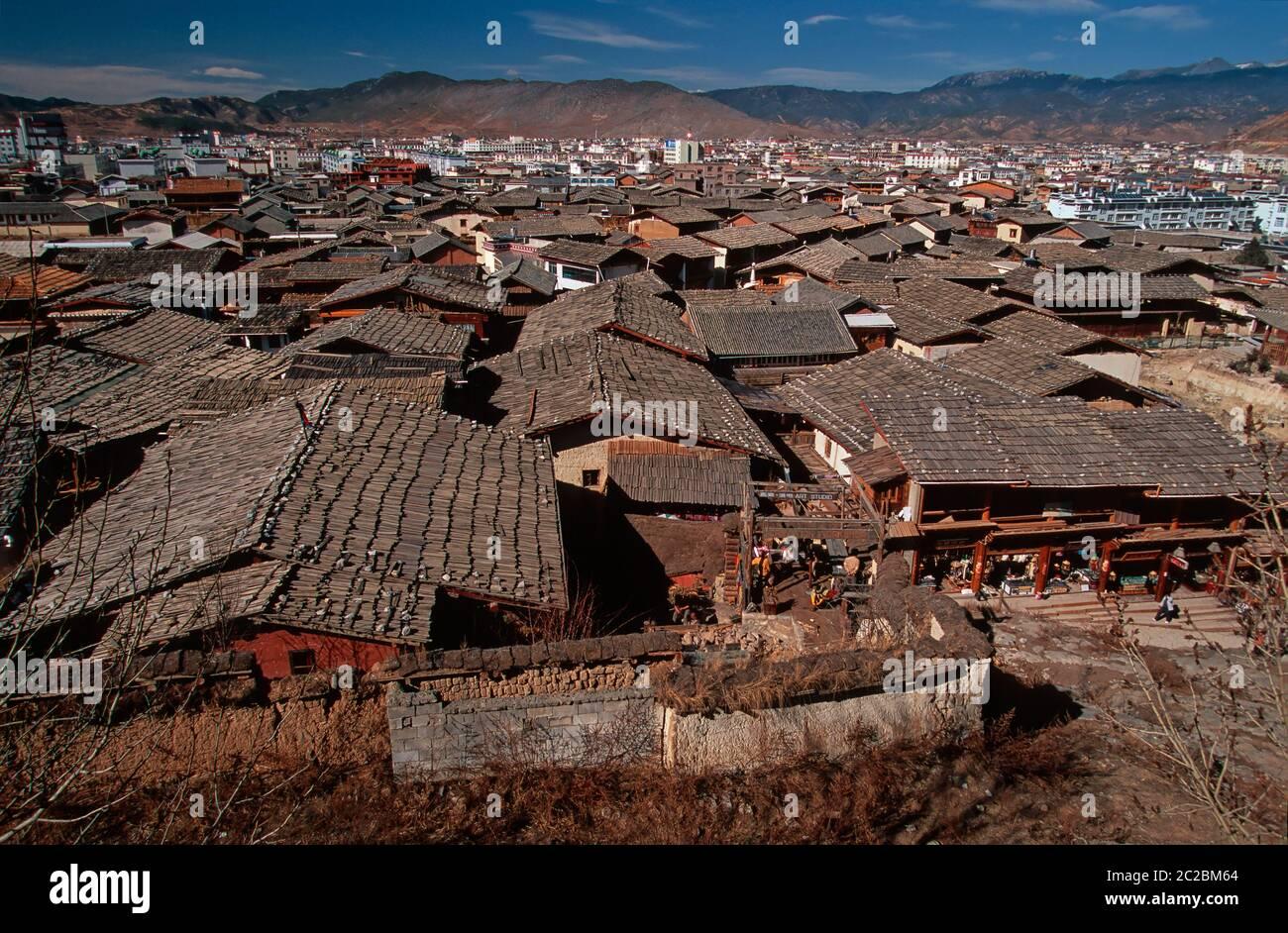 TECHOS DE ZHONGDIAN (XIANGELILA) SHANGRI-LA, YUNNAN, MESETA TIBETANA, ALTOPIANO TIBETANO, CHINA Foto de stock