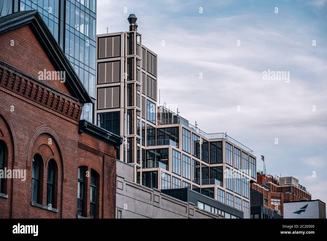 Vista cercana del exterior del edificio de edificios modernos y antiguos en la ciudad de Chelsea Nueva York Foto de stock