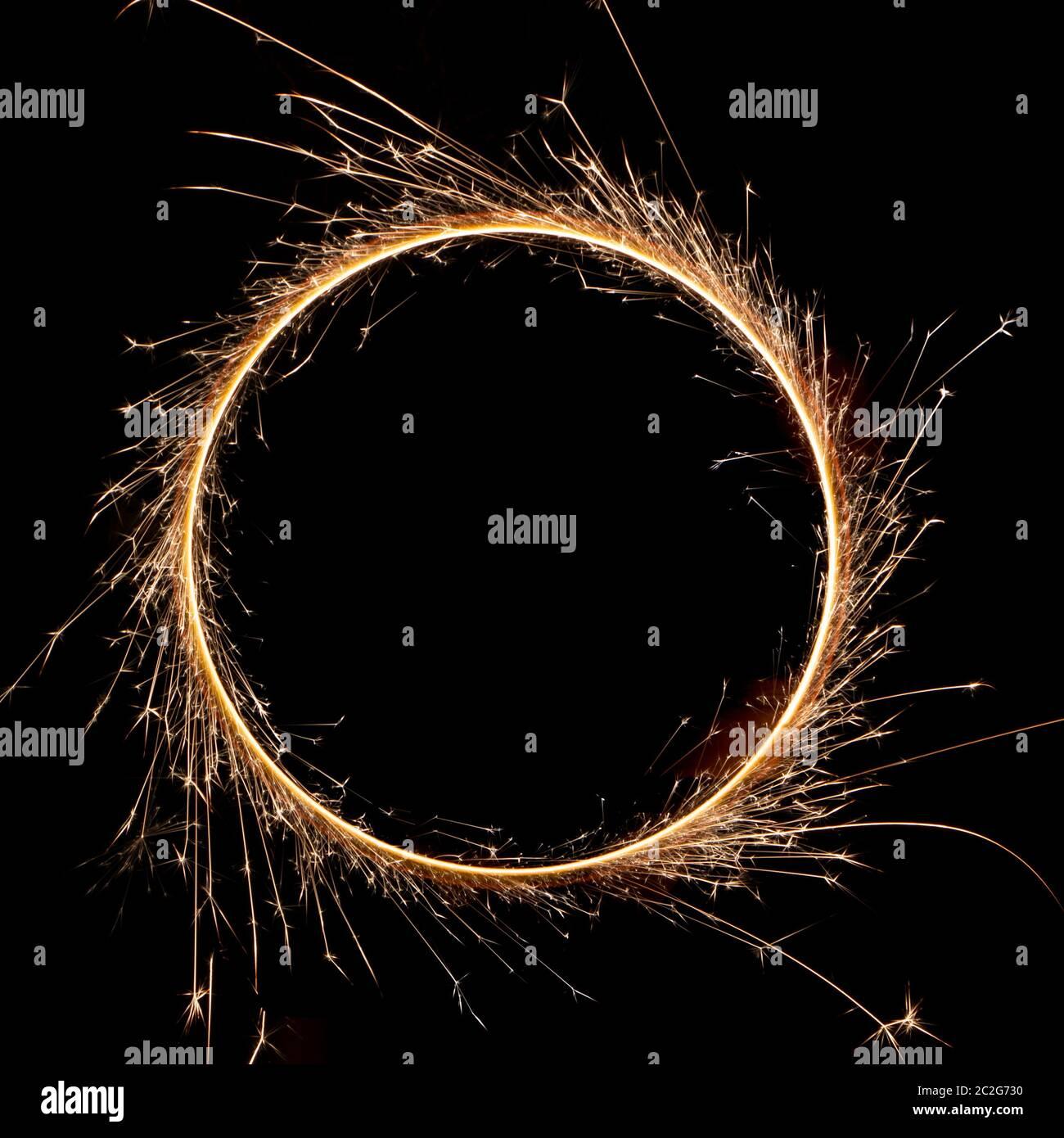 hermoso sparkler en un círculo sobre un fondo negro Foto de stock